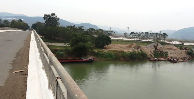 Xuất hiện vệt dầu loang đầu nguồn nước sông Lam - ảnh 1