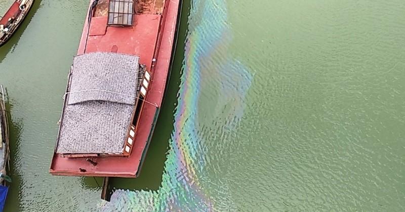 Xuất hiện vệt dầu loang đầu nguồn nước sông Lam - ảnh 2