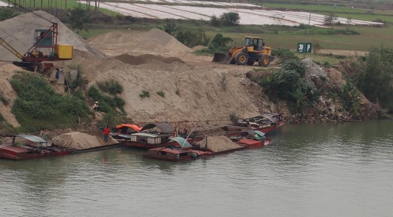 Xuất hiện vệt dầu loang đầu nguồn nước sông Lam - ảnh 3