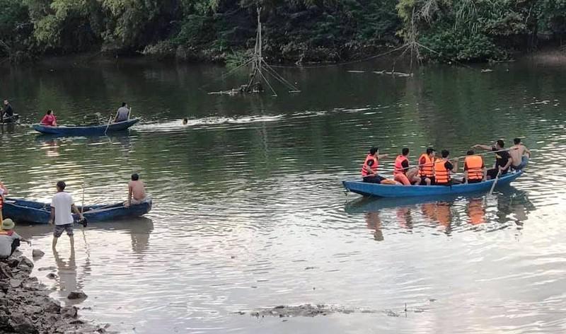 Tìm được thi thể cha và con gái vụ lật thuyền chở 7 người - ảnh 1