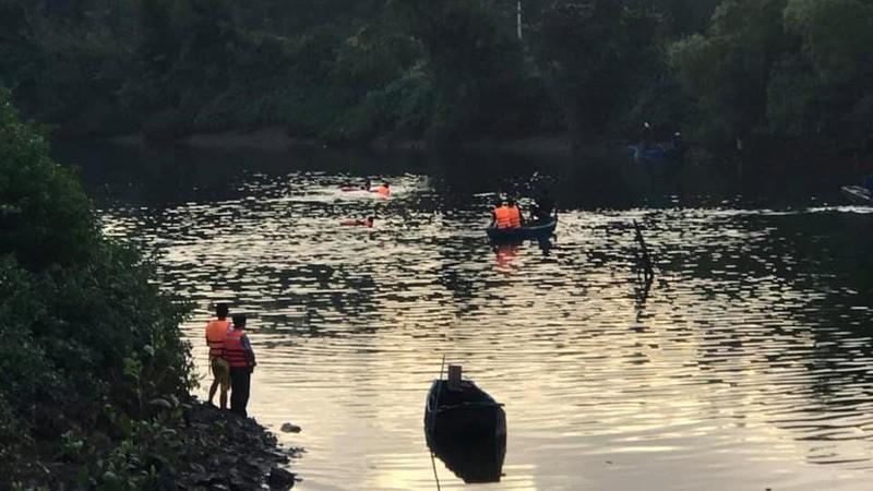 Thuyền chở 7 người bị lật, 2 cha con đang mất tích - ảnh 1
