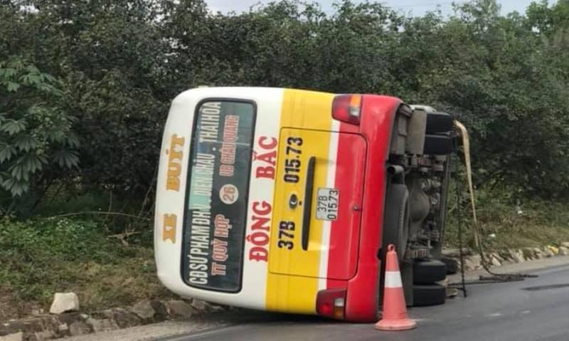 Lật xe buýt, hành khách đập kính chui ra ngoài - ảnh 1