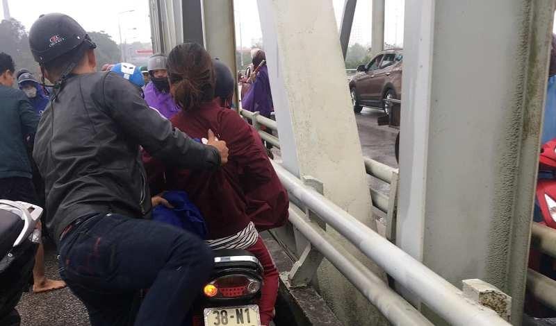 Thiếu tá lao cầu Bến Thủy giữa giá rét cứu 1 phụ nữ tự tử - ảnh 1