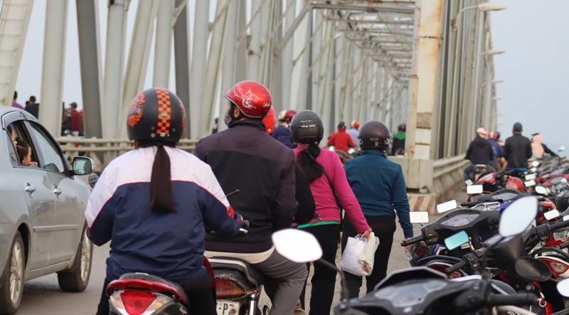 Người dân qua cầu Bến Thủy quay lại cảnh thanh niên tự tử - ảnh 3