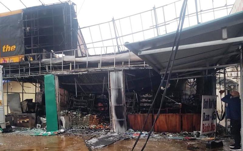 Cháy lớn ở siêu thị, lửa lan sang cửa hàng Thế Giới Di Động - ảnh 1