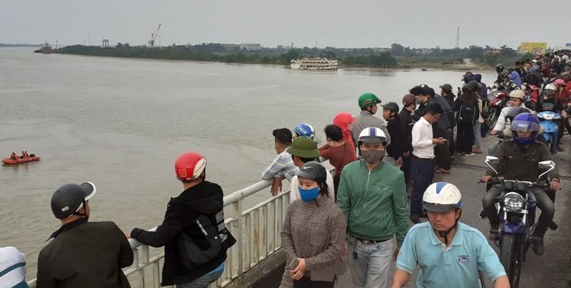 Người dân qua cầu Bến Thủy quay lại cảnh thanh niên tự tử - ảnh 2