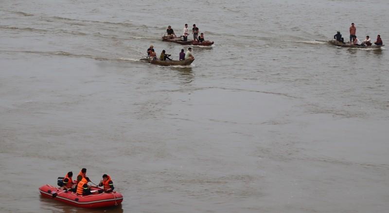 Người dân qua cầu Bến Thủy quay lại cảnh thanh niên tự tử - ảnh 6