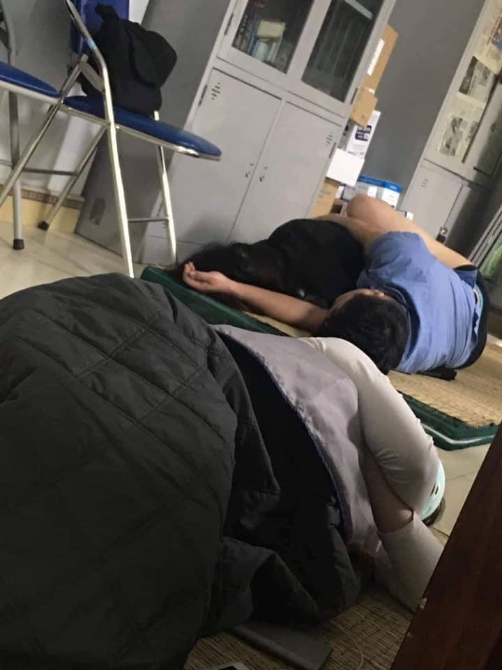 Đình chỉ công tác bác sĩ bị tố ôm nữ sinh ngủ trong ca trực - ảnh 1