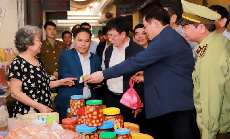 Phó Thủ tướng Vương Đình Huệ 'vi hành' chợ cuối năm - ảnh 3