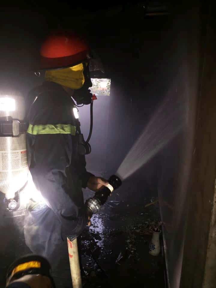 Giải cứu cụ bà 80 tuổi khỏi đám cháy tại tầng 2 ngôi nhà - ảnh 1
