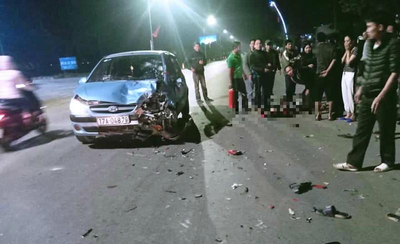 Xe máy bốc cháy sau khi tông ô tô, 2 thanh niên nguy kịch - ảnh 1
