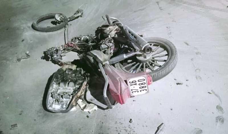 Xe máy bốc cháy sau khi tông ô tô, 2 thanh niên nguy kịch - ảnh 2