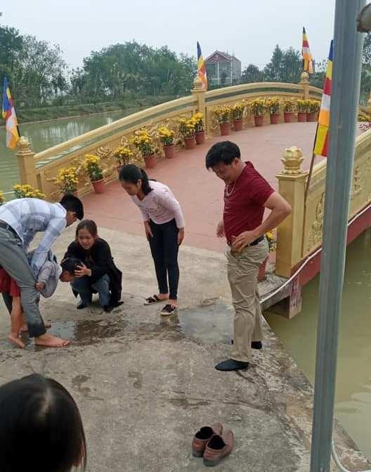 Thầy giáo dũng cảm cứu trẻ em du xuân bị rơi xuống hồ nước    - ảnh 1