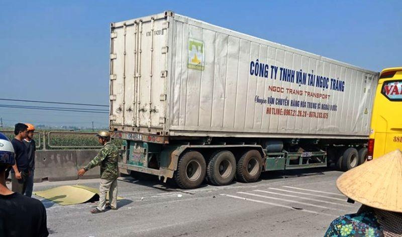 Một tài xế xe lôi bị container tông tử vong - ảnh 1