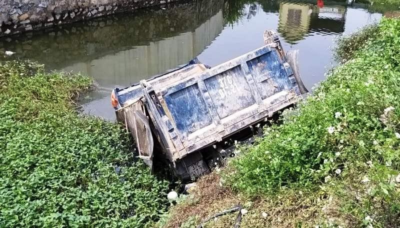 Tàu hỏa đâm xe tải, tài xế văng ra, xe lao xuống nước - ảnh 2