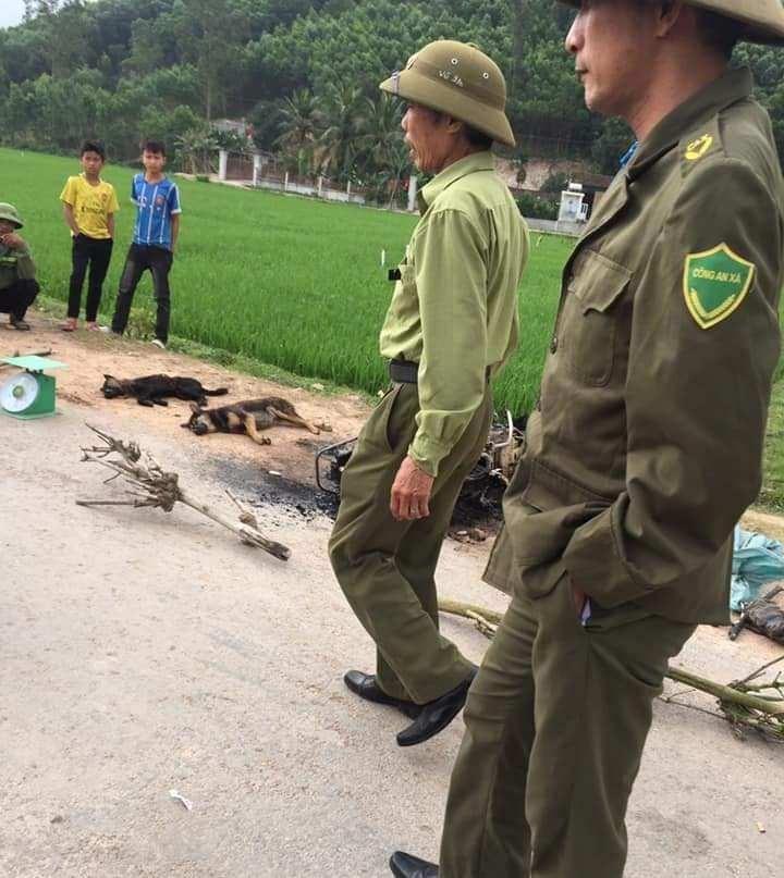 Một nghi phạm trộm chó bị dân đánh chết, đốt xe máy - ảnh 1