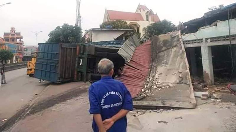 Hình ảnh xe tải tông sập nhà dân bên quốc lộ 1A - ảnh 2