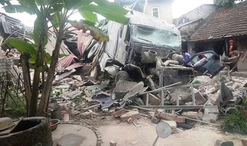 Hình ảnh xe tải tông sập nhà dân bên quốc lộ 1A - ảnh 3