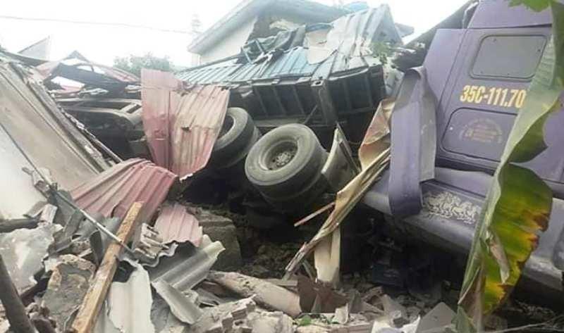 Hình ảnh xe tải tông sập nhà dân bên quốc lộ 1A - ảnh 4