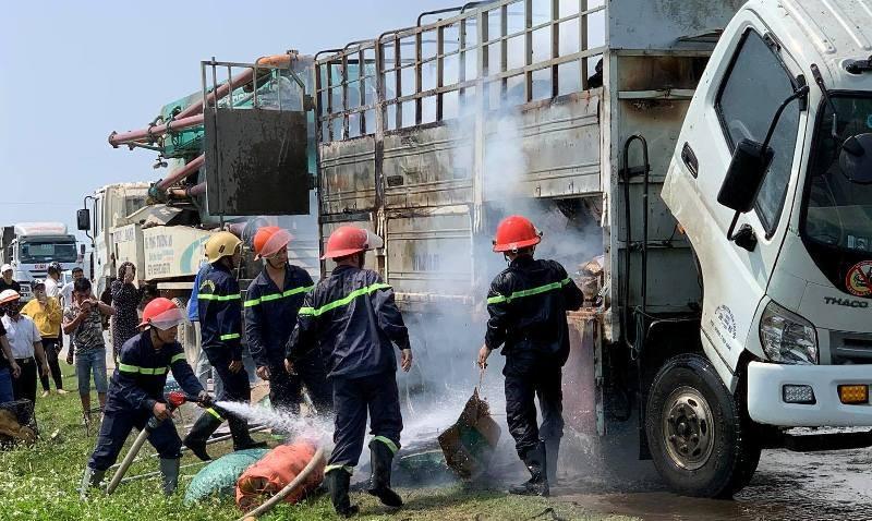 Xe tải chở hàng bốc cháy dữ dội trên quốc lộ - ảnh 2