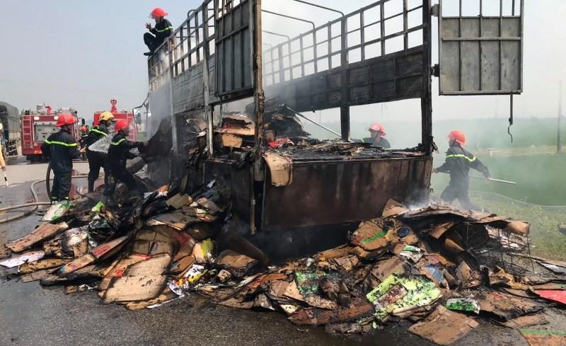 Xe tải chở hàng bốc cháy dữ dội trên quốc lộ - ảnh 1