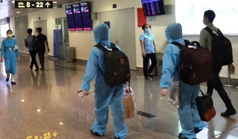Đi máy bay mùa dịch COVID-19: Trùm kín như Ninja - ảnh 2