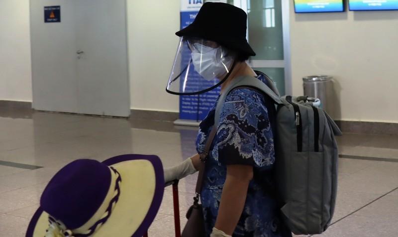 Đi máy bay mùa dịch COVID-19: Trùm kín như Ninja - ảnh 6