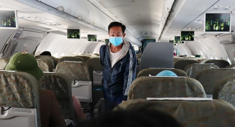 Đi máy bay mùa dịch COVID-19: Trùm kín như Ninja - ảnh 11