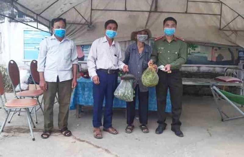 Cụ ông 89 tuổi mang rau, gạo, tiền ủng hộ chống dịch COVID-19 - ảnh 1