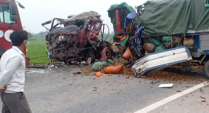 Xe tải tông xe đầu kéo, 3 người thương vong - ảnh 1