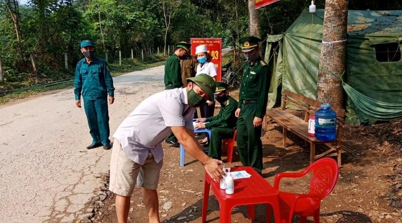 Xúc động hình ảnh bộ đội biên phòng giúp dân chống COVID-19 - ảnh 6