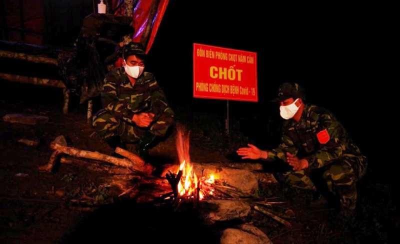 Xúc động hình ảnh bộ đội biên phòng giúp dân chống COVID-19 - ảnh 4