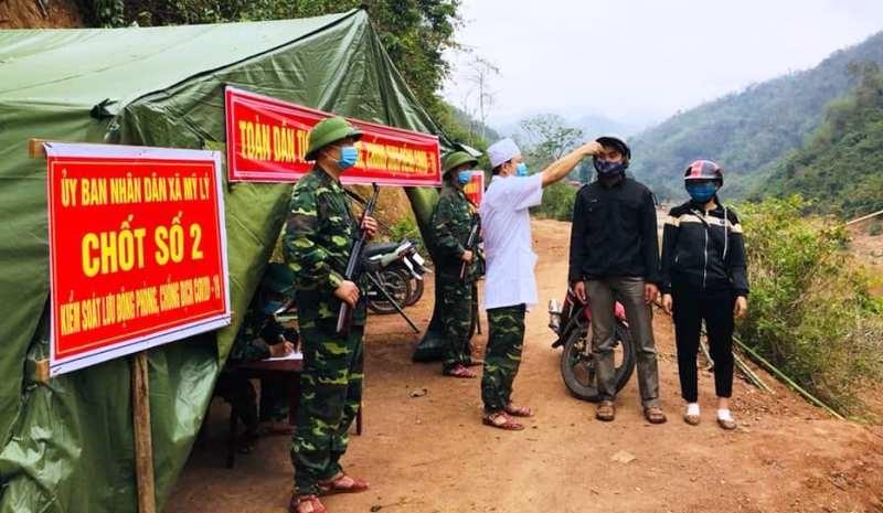 Xúc động hình ảnh bộ đội biên phòng giúp dân chống COVID-19 - ảnh 5