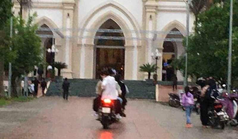 Nhiều người vẫn tập trung cầu nguyện tại nhà thờ ở Hà Tĩnh - ảnh 1