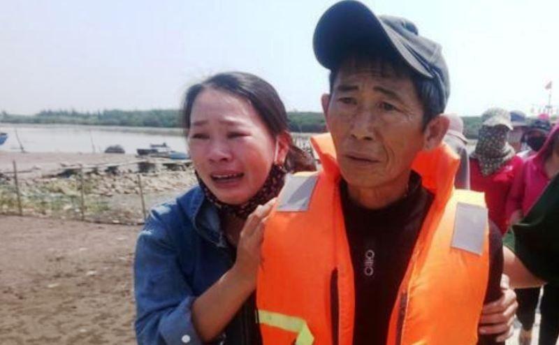 Tàu cá bị đâm chìm trên biển, 4 ngư dân được cứu sống - ảnh 1