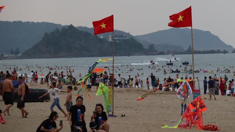 Bãi biển Cửa Lò chật kín người - ảnh 2