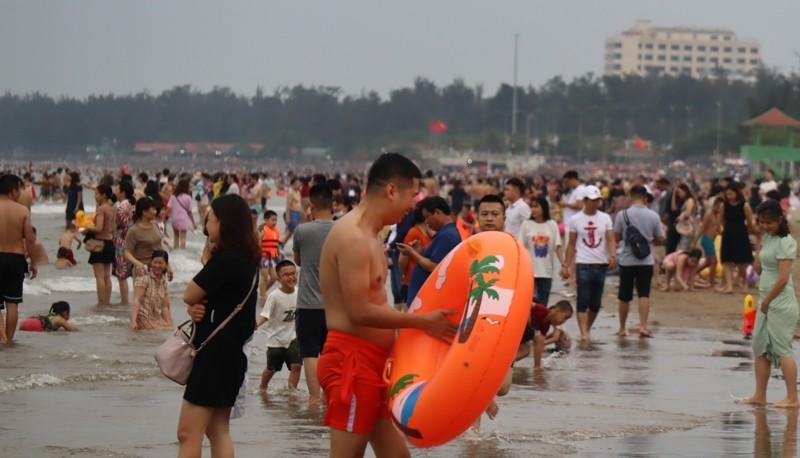 Bãi biển Cửa Lò chật kín người - ảnh 3