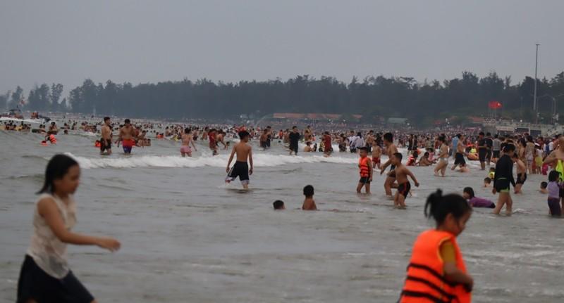 Bãi biển Cửa Lò chật kín người - ảnh 4