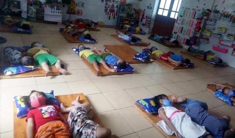 Trường mầm non nói về vụ học sinh ngủ cũng đeo khẩu trang - ảnh 1