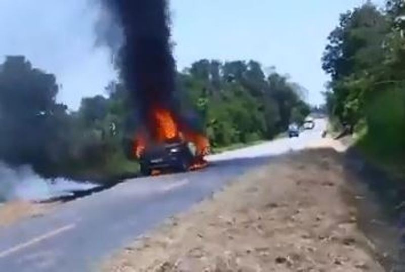 Cháy xe hơi trên đường, tài xế bị bỏng bò ra được dân cứu - ảnh 1