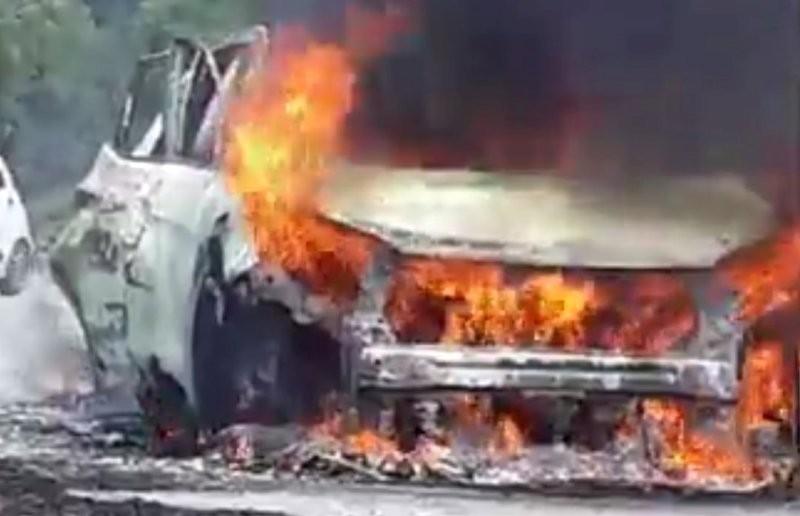 Cháy xe hơi trên đường, tài xế bị bỏng bò ra được dân cứu - ảnh 2