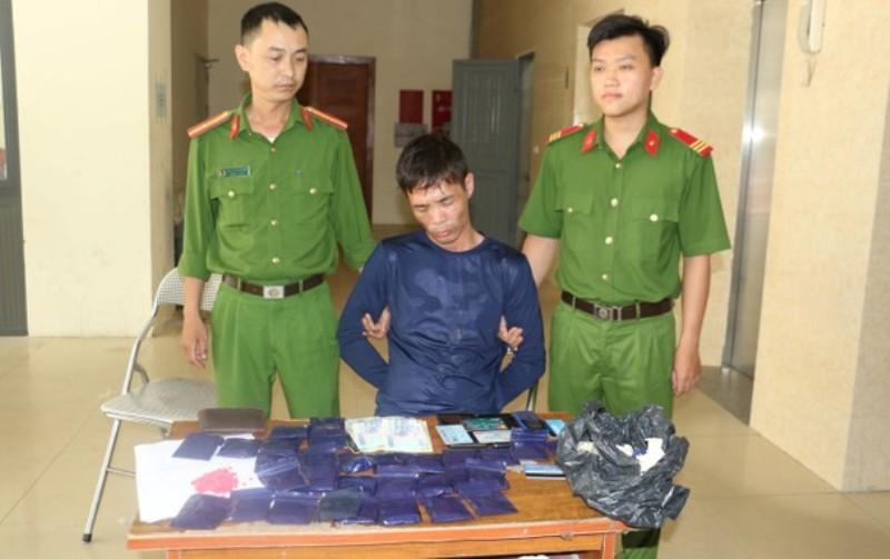 Cảnh sát bắt kẻ mua bán ma túy thủ súng đã lên đạn - ảnh 2