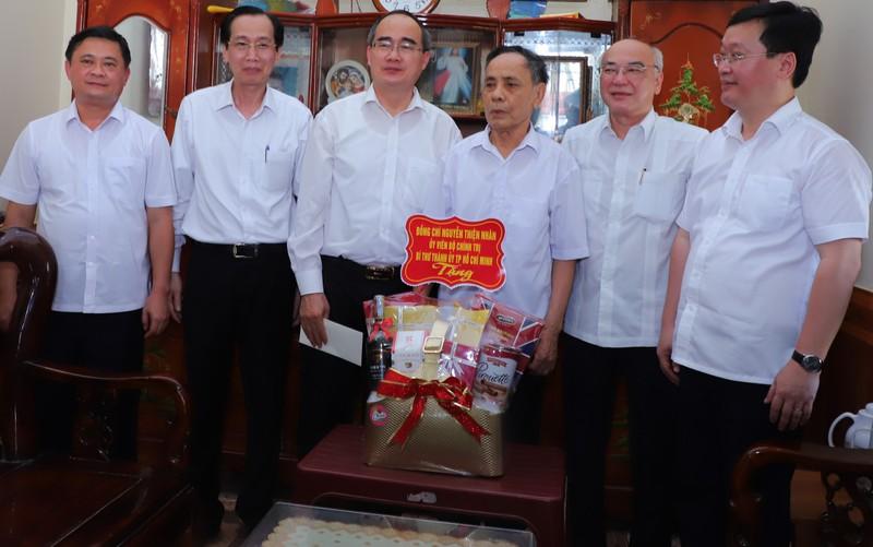 Bí thư Nguyễn Thiện Nhân thăm, tặng quà người dân Nghệ An  - ảnh 1