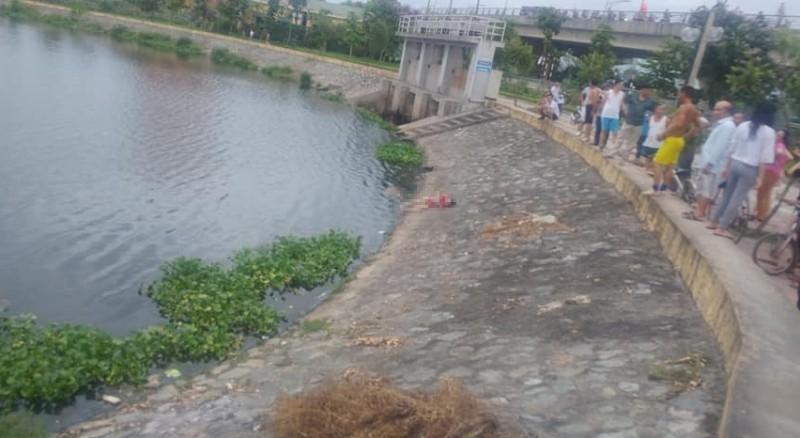 Tìm người thân thi thể bé gái vớt lên từ hồ Cửa Nam  - ảnh 1