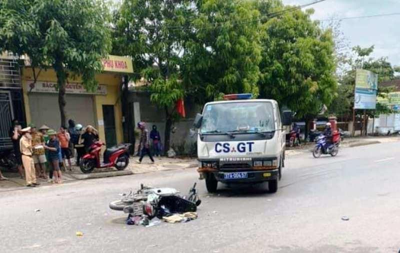 Xe máy va chạm xe CSGT, 2 mẹ con nguy kịch - ảnh 1