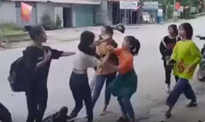 Xôn xao clip bốn nữ sinh đánh hội đồng một nữ sinh lớp 11 - ảnh 1