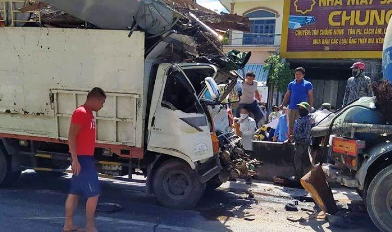 Giải cứu tài xế kẹt trong cabin ô tô tải sau cú tông xe bồn - ảnh 1