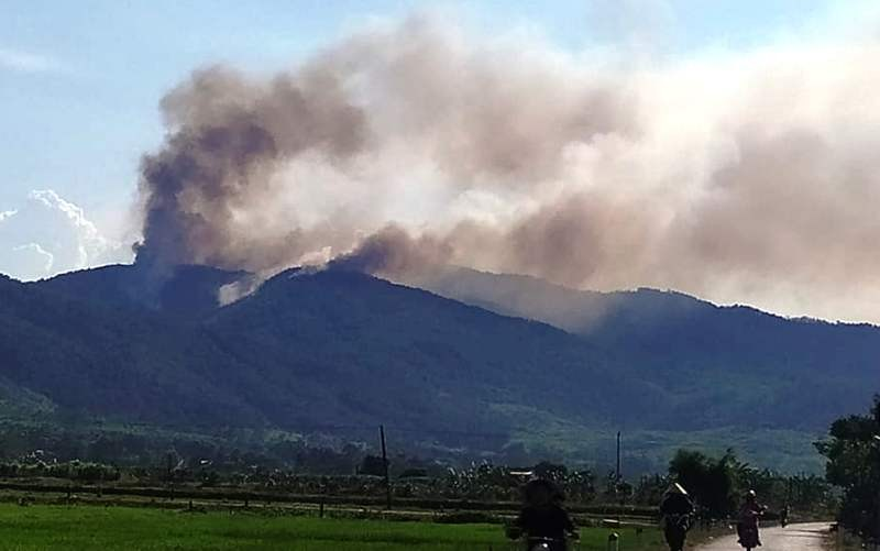 Đang cháy rừng, lửa bốc lên ngùn ngụt bên quốc lộ 1A - ảnh 1