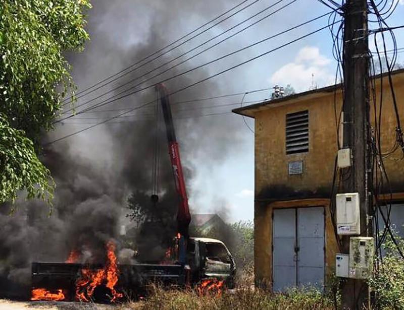 Cháy xe tải cẩu tự hành, tài xế tử vong trong cabin - ảnh 1