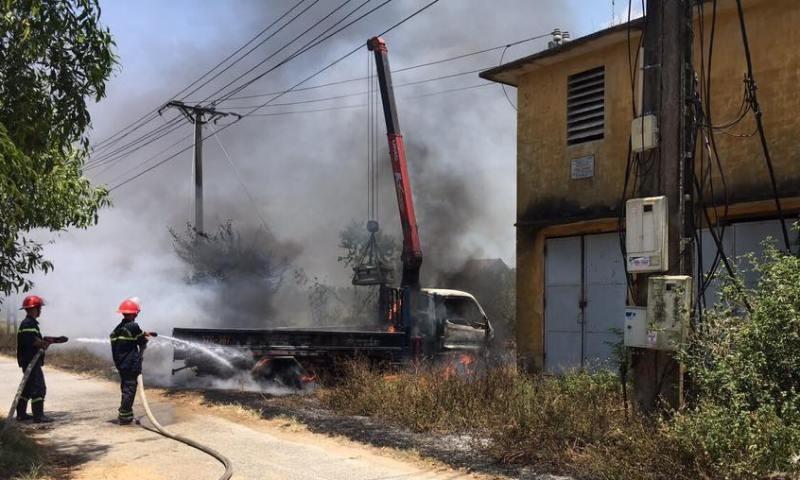Cháy xe tải cẩu tự hành, tài xế tử vong trong cabin - ảnh 2